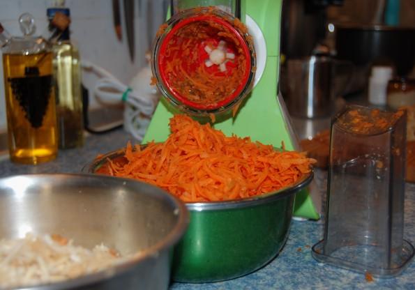 Натереть морковь и корень сельдерея